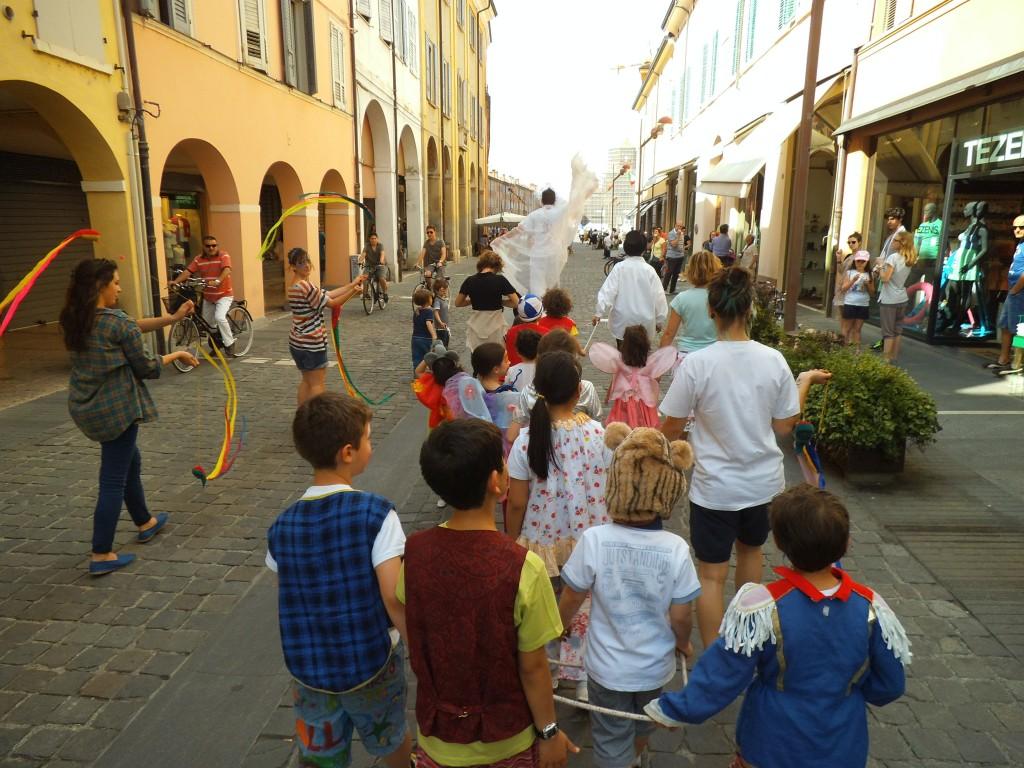 bambini in parata prima del saggio